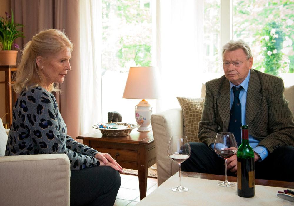 Walter Berger (Günter Junghans) möchte seiner Frau Hanna (Christiane Hörbiger) endlich beichten, wie schlecht es wirklich um sein Geschäft steht.