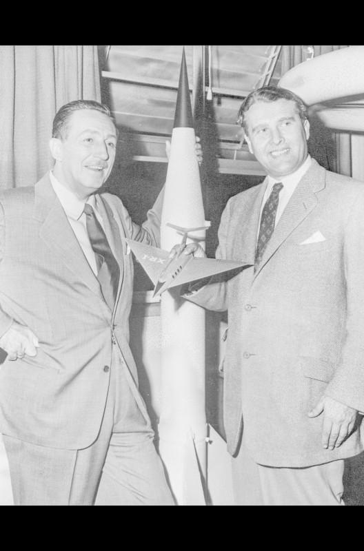Walt Disney (li.) besucht im Jahr 1954 Dr. Wernher von Braun (re.) im Raketenforschungszentrum ABMA am Army-Stützpunkt Redstone Arsenal, Alabama. Um diese Zeit wirkte von Braun als technischer Berater an mehreren Disney-Produktionen über die Raumfahrt mit.